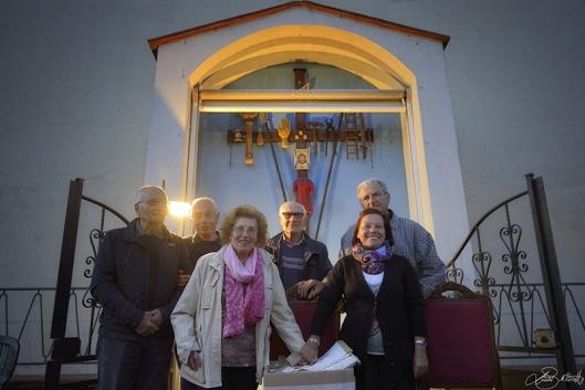 Il Comitato Croce di Tamburo davanti al manufatto sacro risalente al 1843