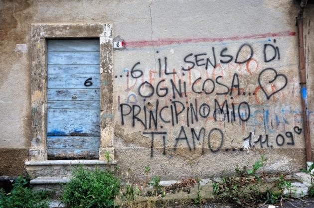 Scritte murarie sovrapposte. Paganica (AQ), 2010
