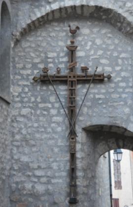 le-mura-castellane-di-annot-con-a-sinistra-la-parete-orientale-della-chiesa-una-croce-con-i-simboli-della-passione
